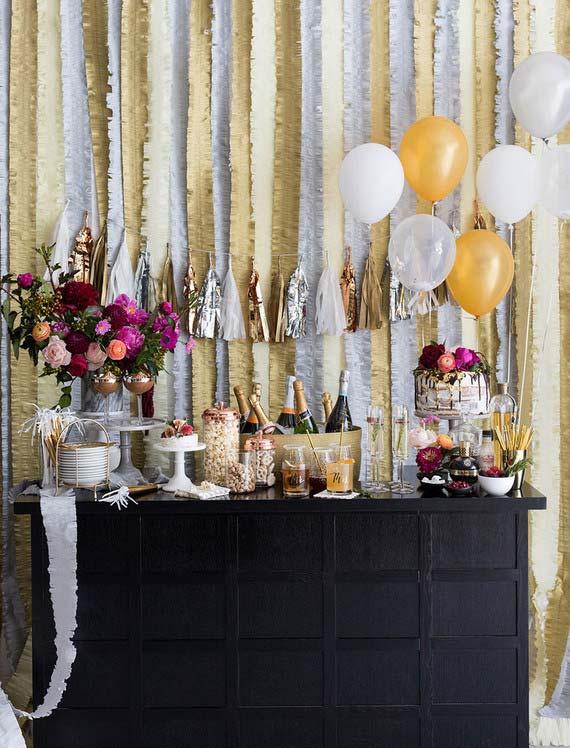 Casamento em casa: uma mesa única para o bar, o bolo e os doces
