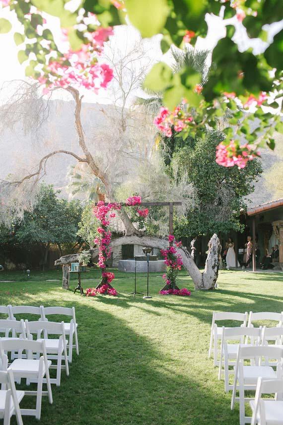 Casamento em casa: altar florido no meio do quintal
