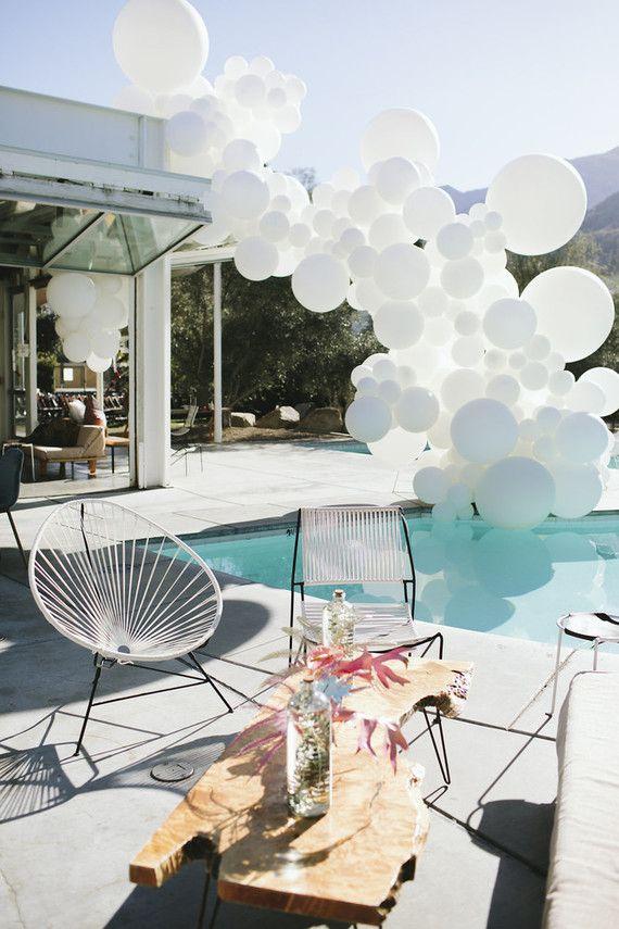 Arco desconstruído de balões para decorar a piscina da casa