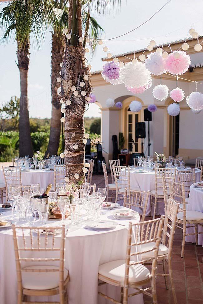 Pompons de papel na decoração de casamento em casa
