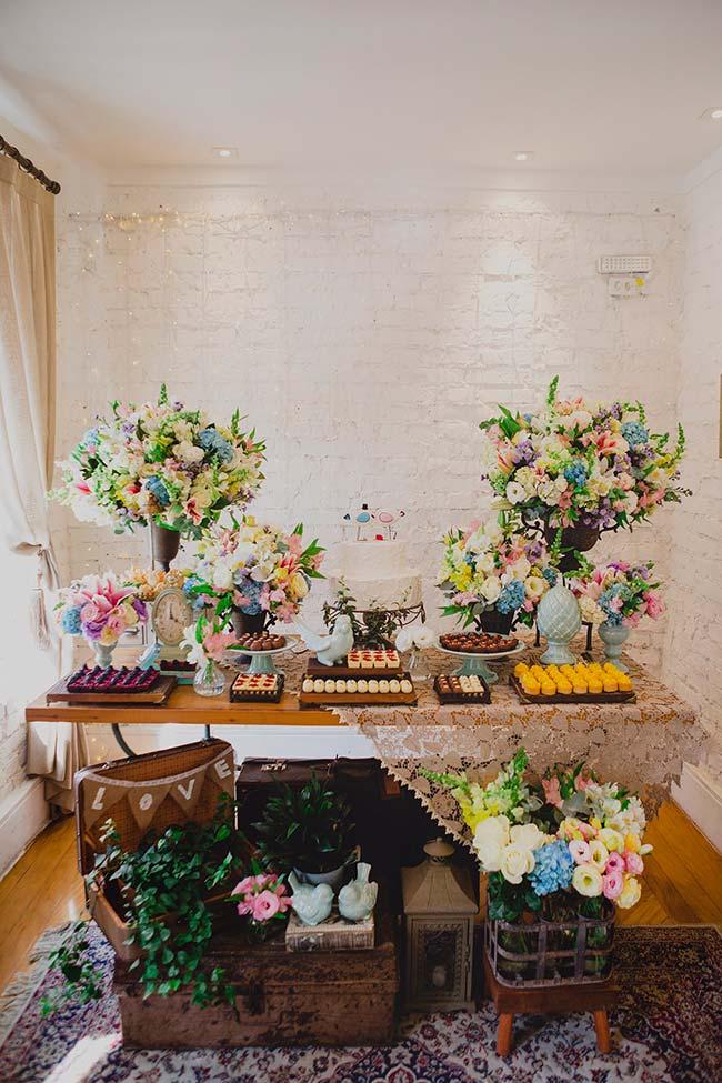 Tapete e cortina revelam que esse casamento está sendo realizado dentro de casa