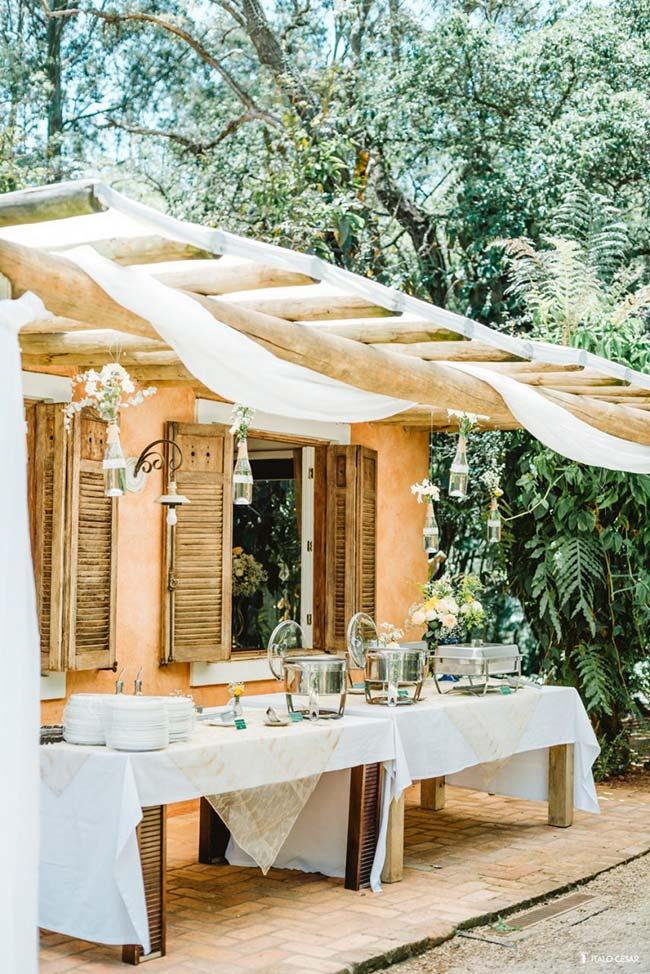 Pergolado de madeira na decoração de casamento em casa