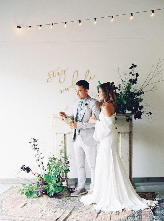Para uma festa em casa, as roupas dos noivos podem ser mais simples, mas sem perder o tradicionalismo que a ocasião pede