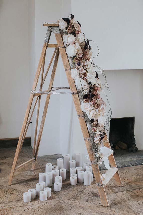Casamento em casa: flores secas, velas e uma escada