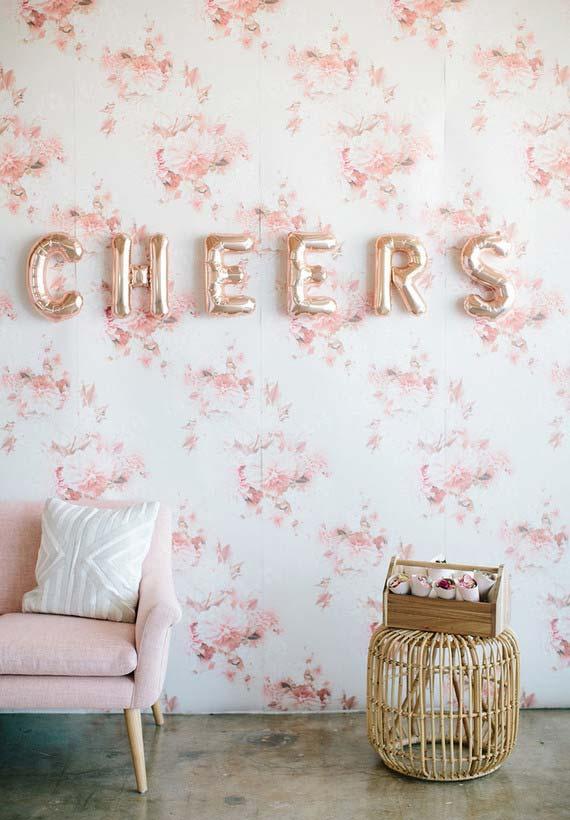 Festa em casas com balões na parede