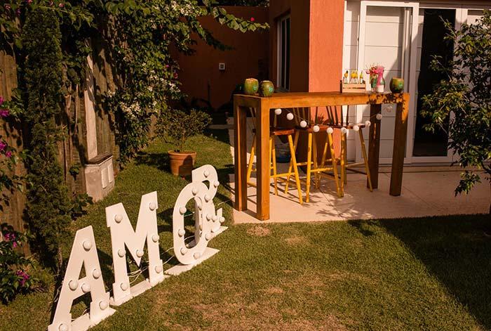 Palavra amor na decoração de casamento em casa