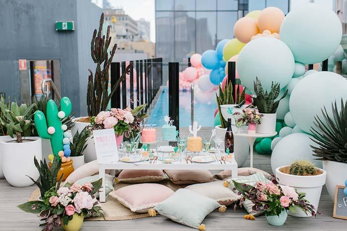 Cactos, suculentas e balões decoram essa festa de casamento em casa