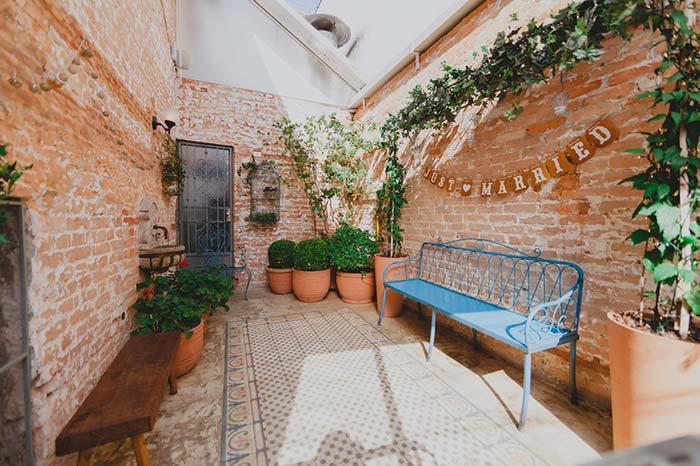 A casa de estilo rústico forma o local ideal para um casamento