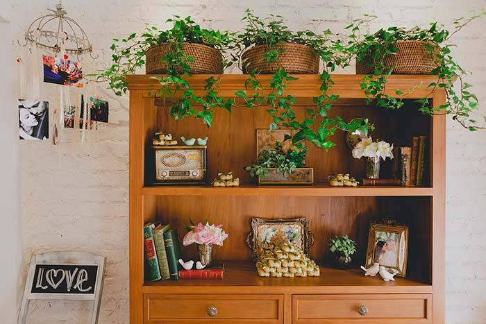Integre os objetos pessoais na decoração da festa, como livros e porta retratos