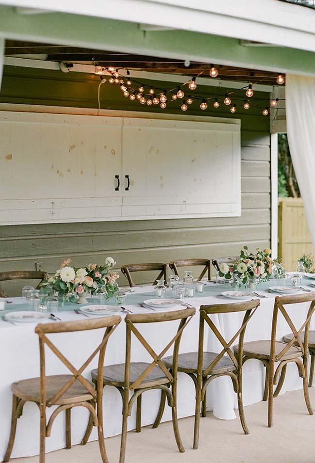 Realizada na área externa da casa, essa festa de casamento foi decorada com arranjos simples de flores