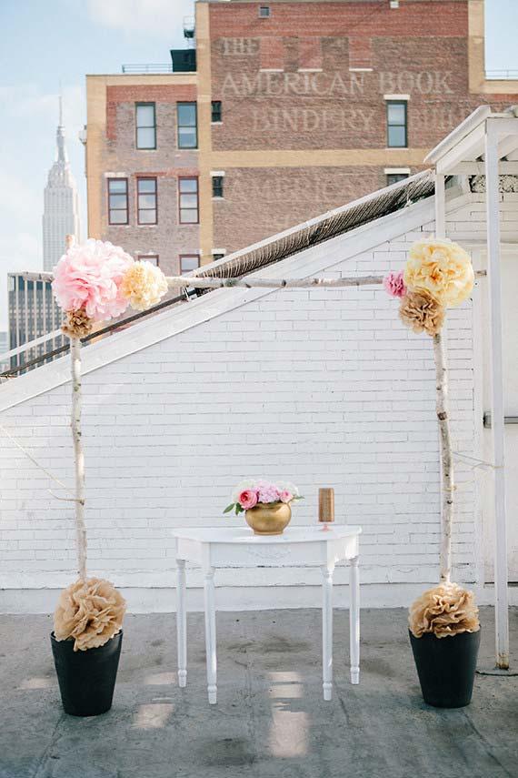 Altar simples para cerimônia de casamento em casa