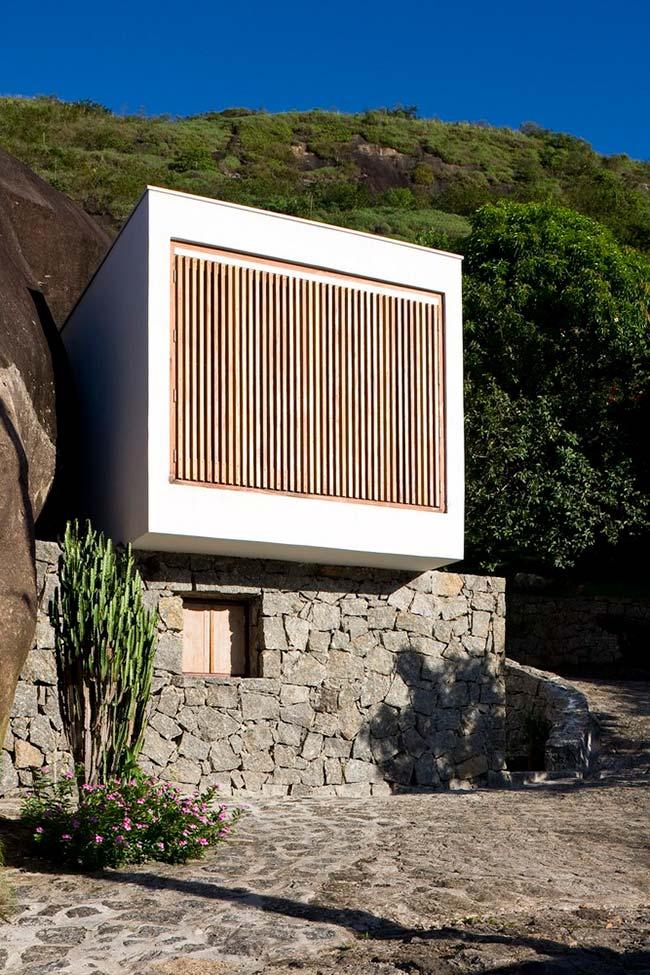 Pedras no muro de arrimo e ao lado de casa