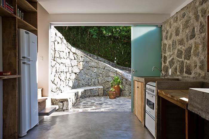 Pedras por dentro e por fora nessa construção