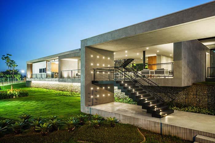 Casa moderna com muro de arrimo de gabiões de pedras