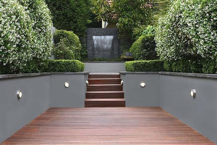 Muro de arrimo na área externa com canteiro de plantas