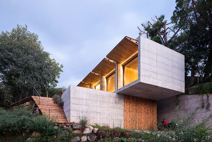 Seguindo o estilo da construção, o muro de arrimo também é de concreto