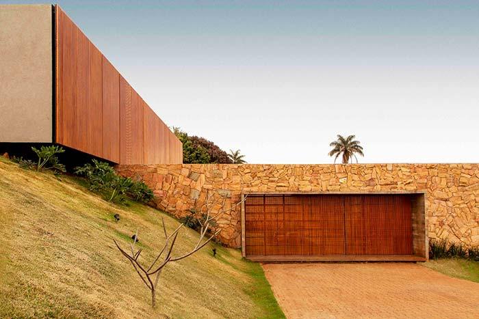 Muro de arrimo se integra no projeto arquitetônico nas cores e no material