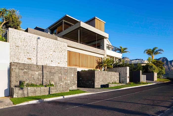Gabiões de pedra e concreto formam esses muros de arrimo ao redor da casa