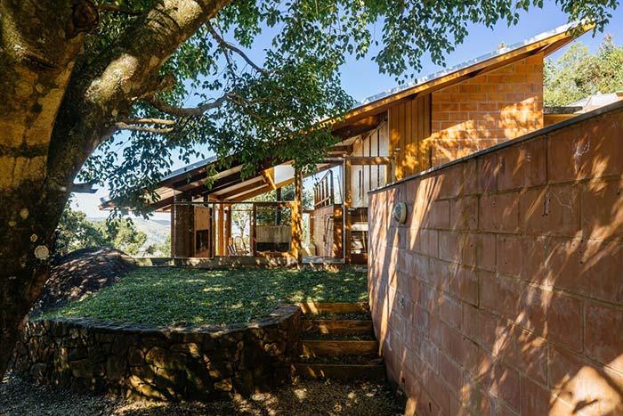 Casa rústica e charmosa com muro de arrimo baixo de pedras