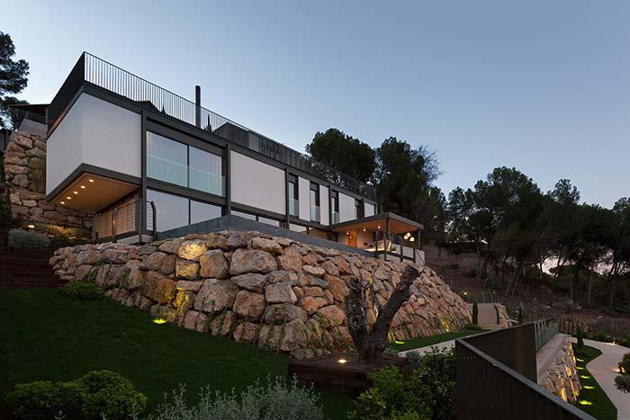 Muro de arrimo de pedras não necessita de estrutura metálica