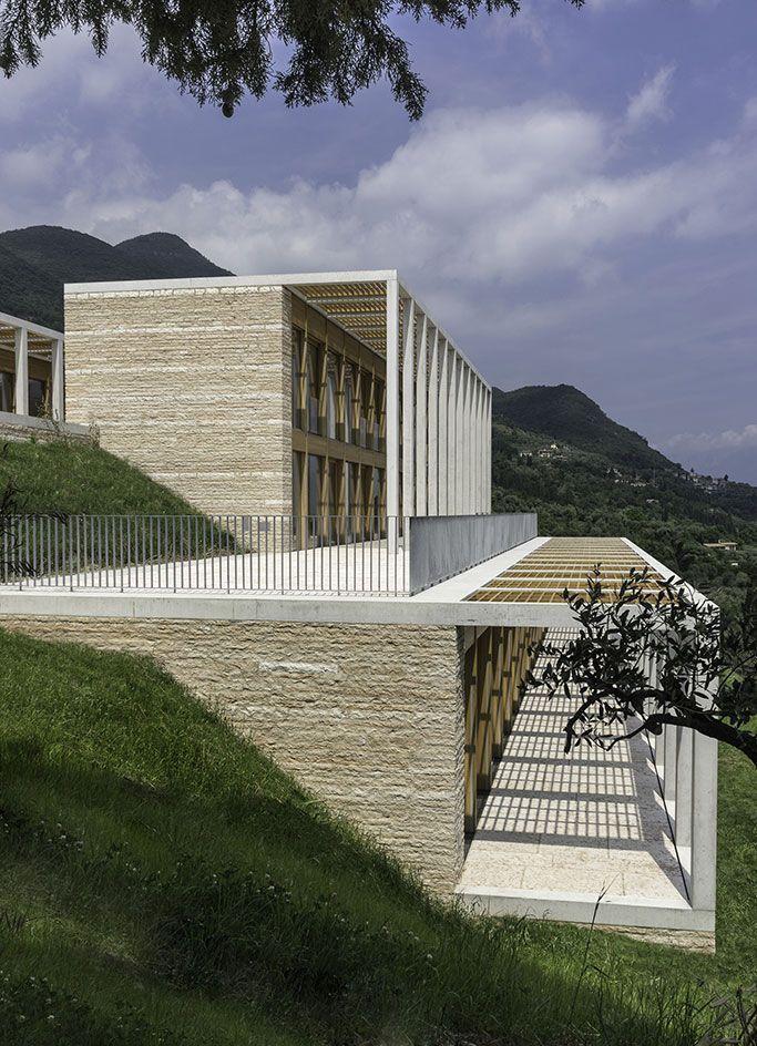 Muro de arrimo integrado a fachada da casa