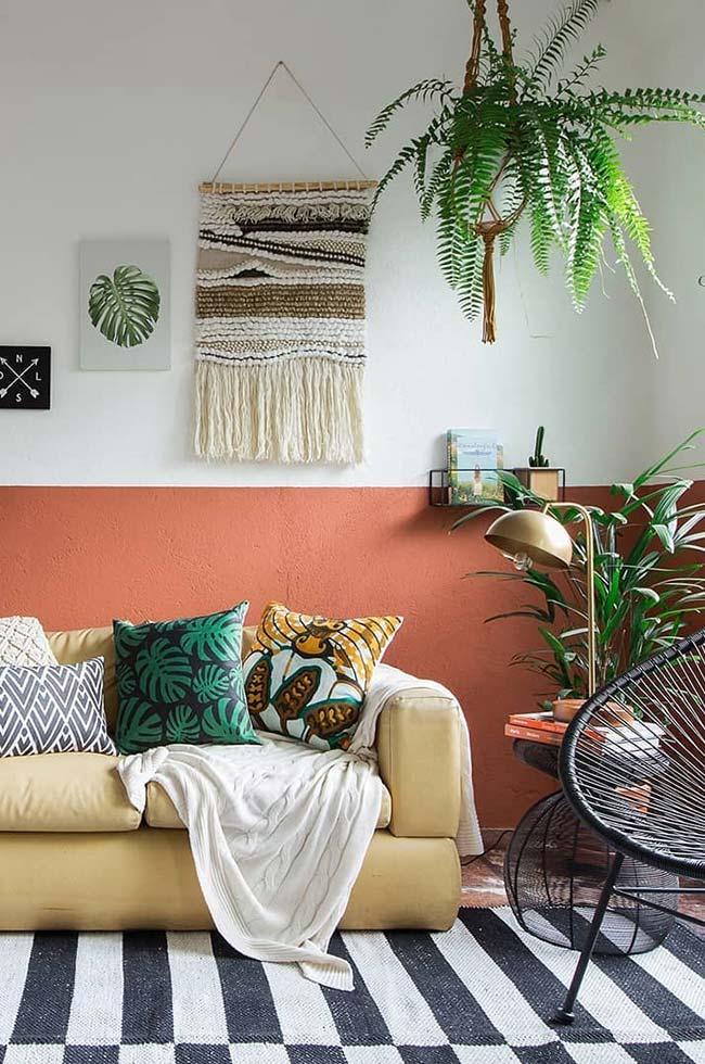 Palmeira ráfia e samambaia nessa sala