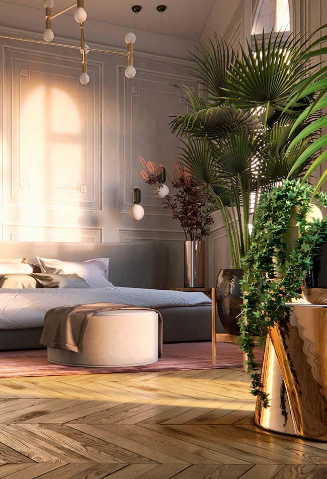 Decoração clássica do quarto se contrasta com a rusticidade das plantas