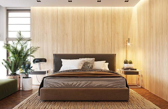 O quarto decorado com madeira e fibras naturais aproveitou as plantas para completar a proposta