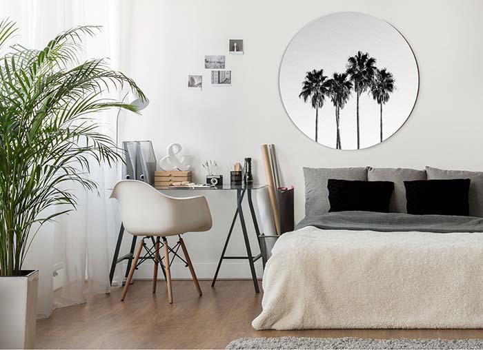 A cortina ajuda a controlar a luminosidade que entra no quarto e impedir que a Palmeira sofra com o excesso de luz