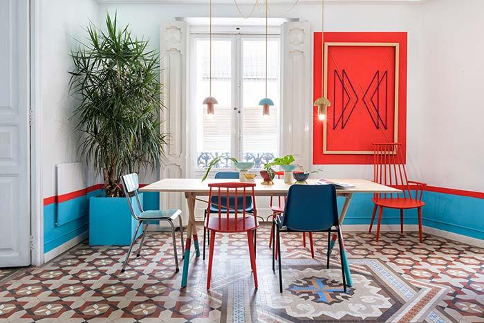 Palmeira Ráfia se destaca no vaso azul turquesa e na decoração como um todo