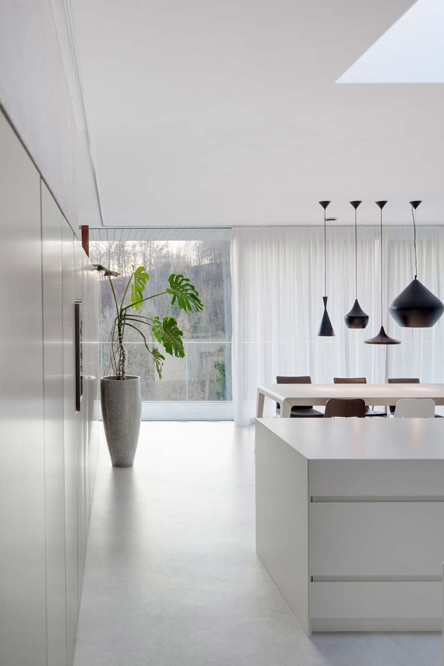 Ambientes integrados e unidos visualmente pelo piso de cimento queimado branco
