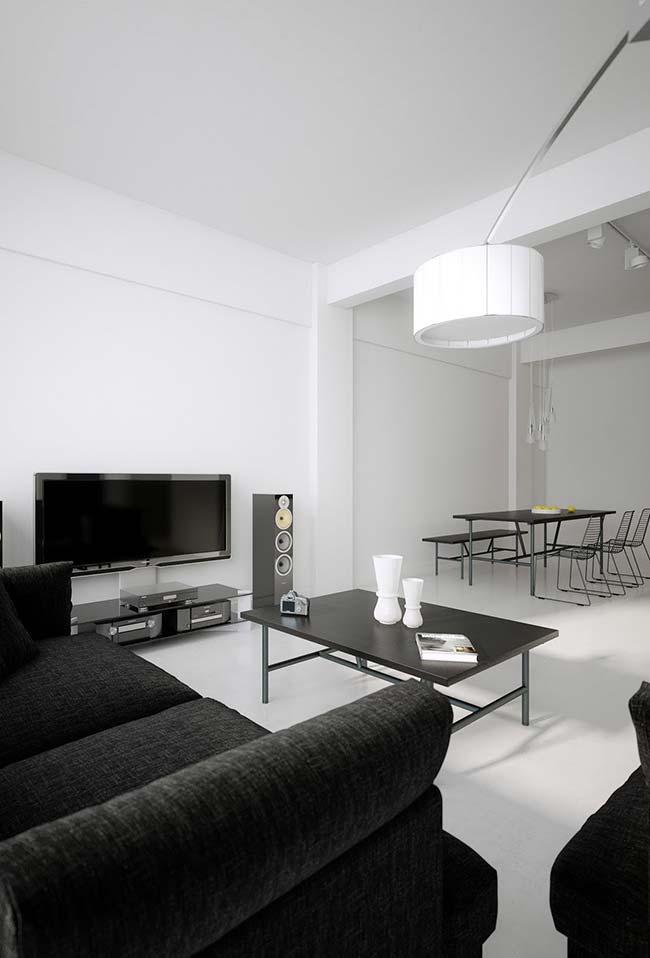 Sala preta e branca ganhou um reforço na decor com o uso do cimento queimado branco
