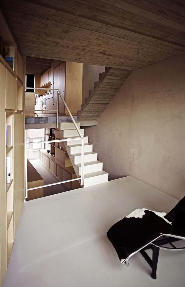 O cimento queimado branco deixou as paredes dessa casa rústica moderna mais aconchegante