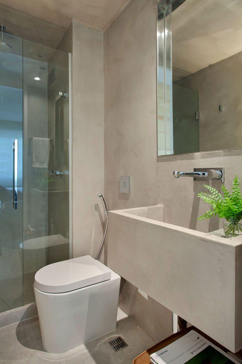 Esqueça as manchas no rejunte: esse banheiro apostou no cimento queimado branco nas paredes e no chão