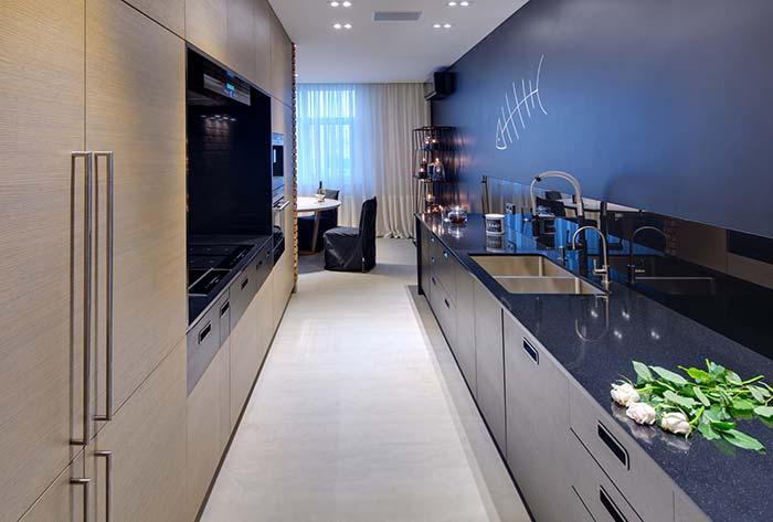 Cozinha corredor com piso de cimento queimado branco