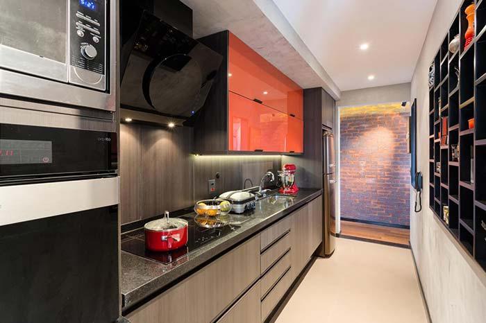 Cozinha moderna foi complementada com o uso do cimento queimado branco na parede