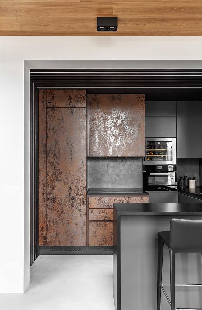 Para essa cozinha preta, a melhor opção foi o piso de cimento queimado branco