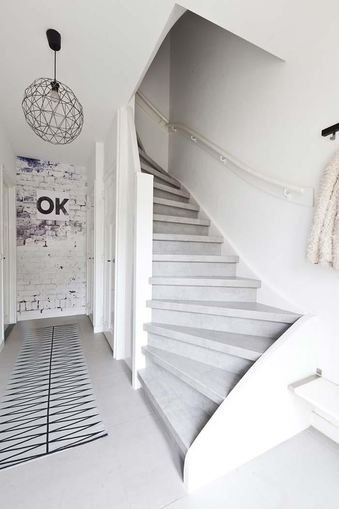 As escadas também podem entrar na onda do cimento queimado branco