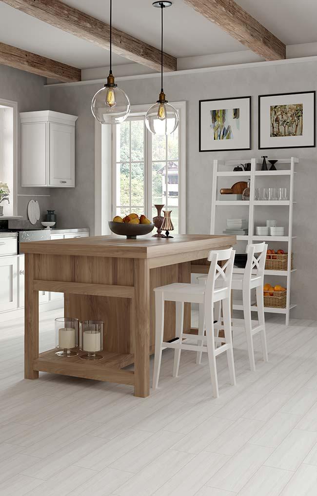 A cozinha de estilo rústico e clean contou com paredes de cimento queimado branco