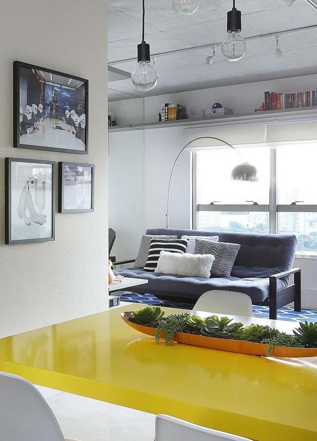Para essa mesa, um suporte alongado de metal acolhendo suculentas