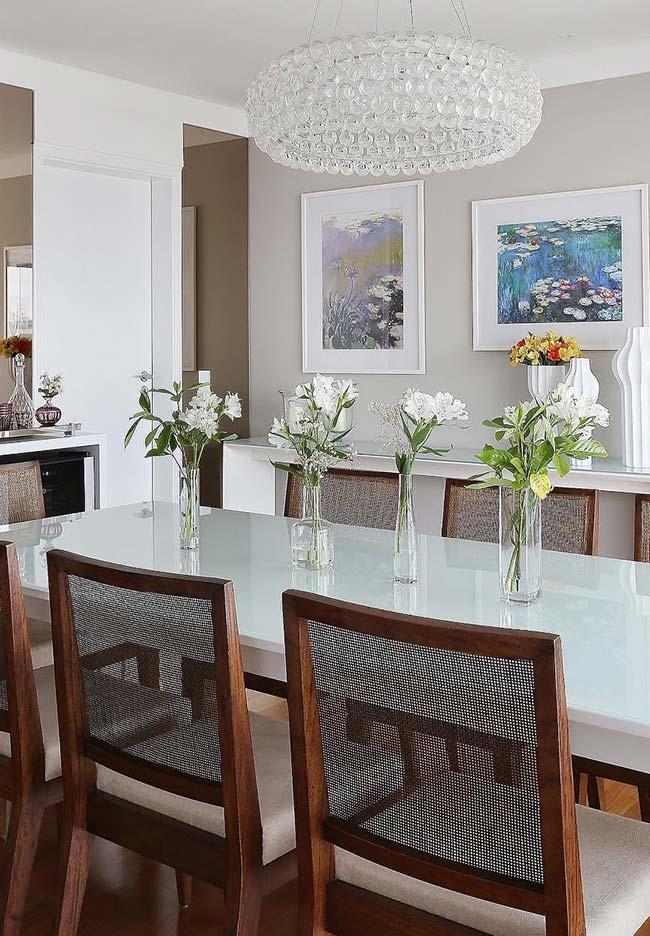 Acompanhe a extensão da mesa com vasinhos no mesmo formato e altura