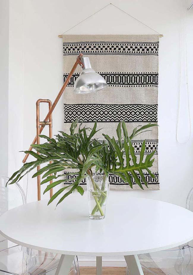 Algumas folhas verdes e viçosas já são suficientes para decorar com estilo a mesa de jantar