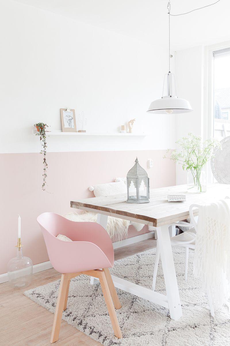Uma decoração clean e romântica pede por um enfeite para mesa de jantar no mesmo estilo