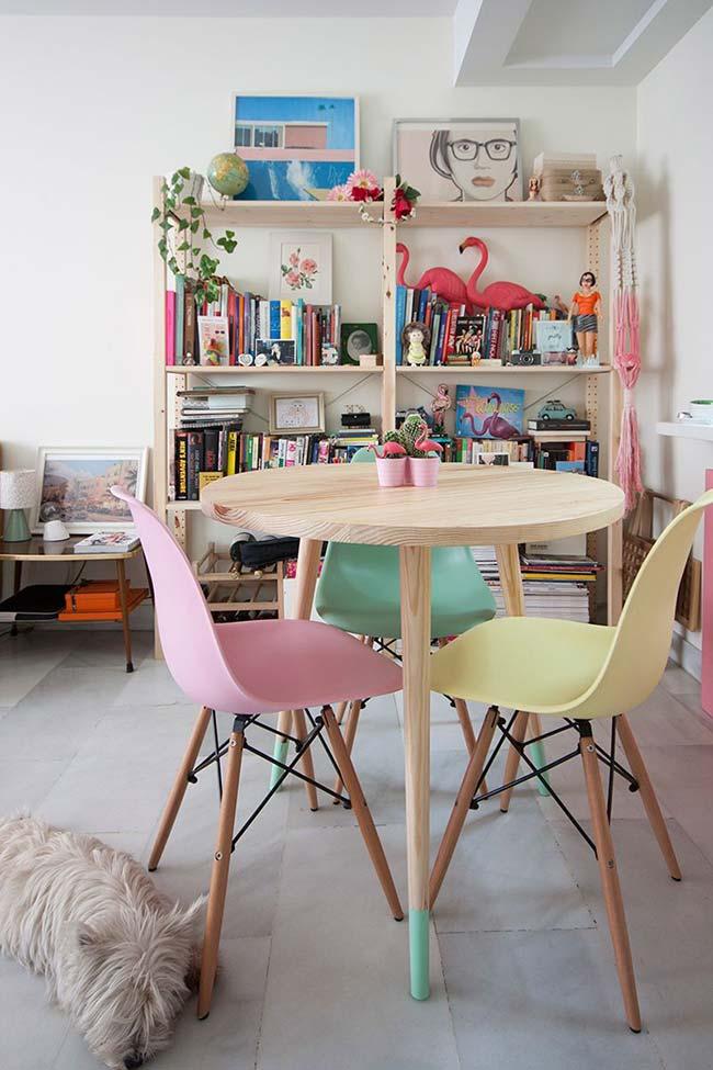 Mini cactos e flamingos decoram o centro dessa mesa redonda