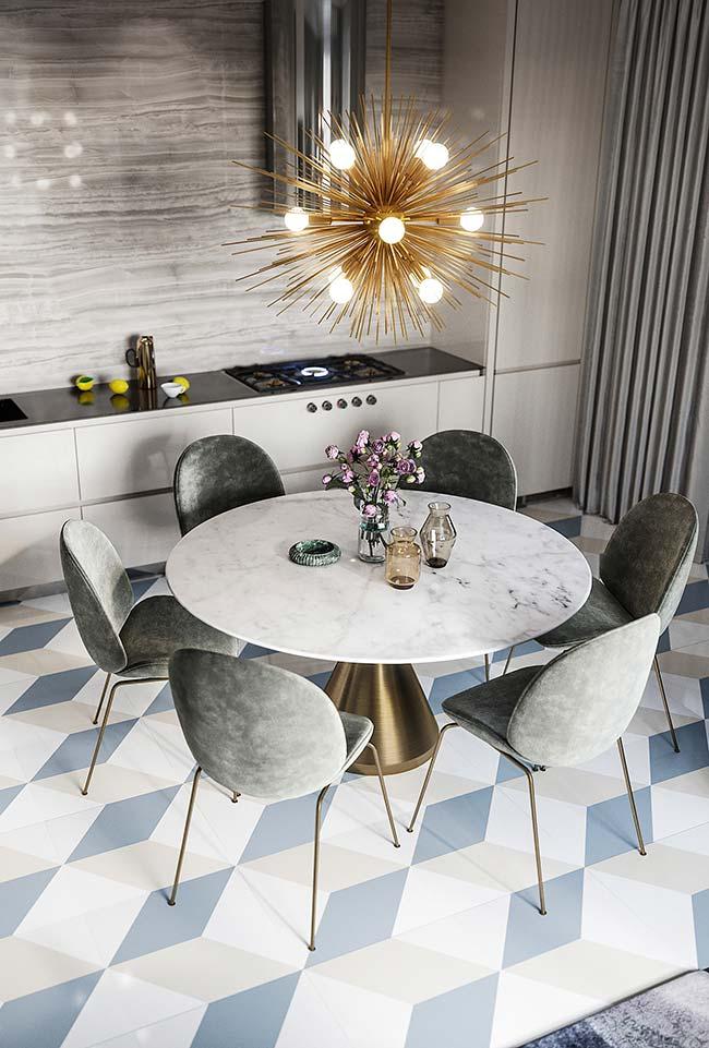 Enfeite para mesa de jantar: sobre o tampo de mármore da mesa, um cinzeiro e vasos de flores