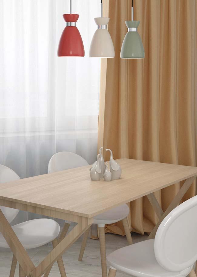 A mesma cor da luminária foi usada nos enfeites para mesa de jantar