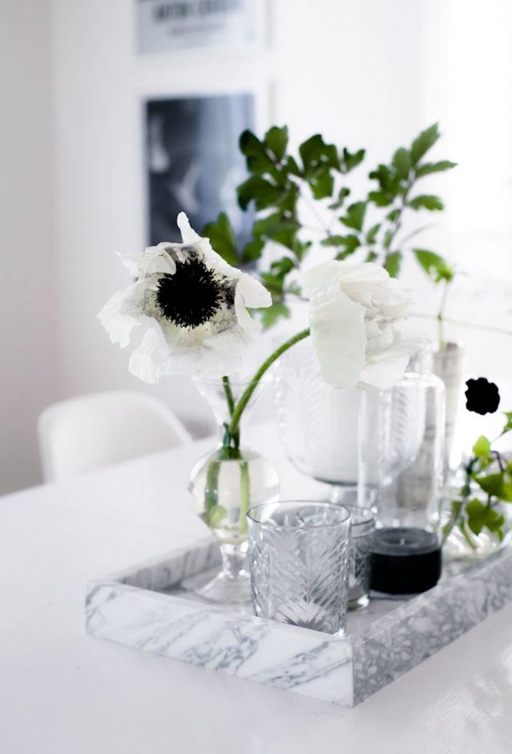 Nessa mesa, a decoração fica por conta da bandeja com flores e copos