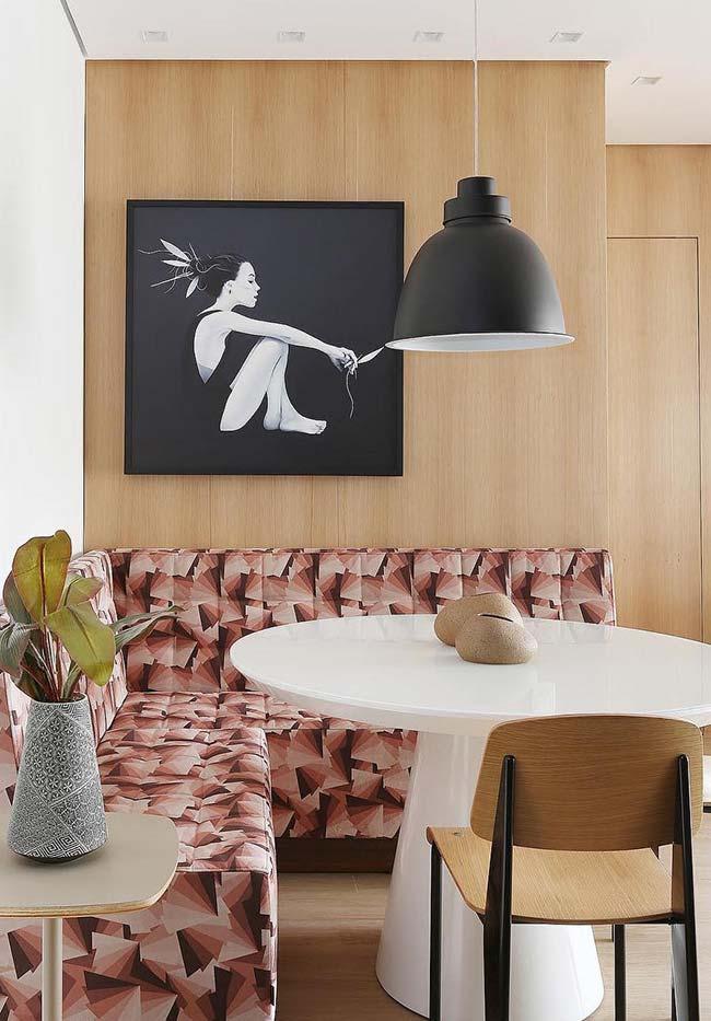 Mesa do canto alemão decorada com dois enfeites simples e discretos