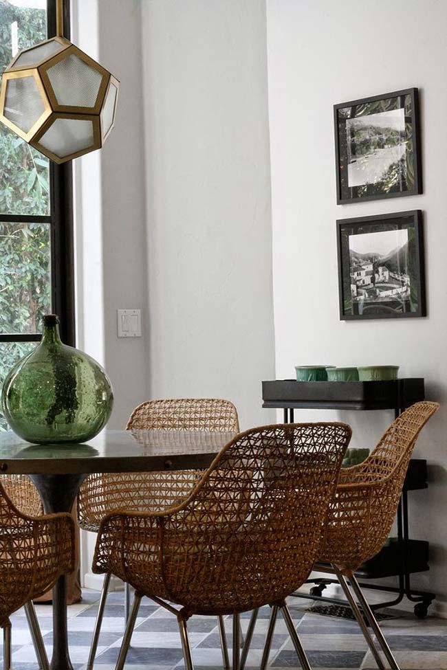 Nessa sala de jantar, a jarra grande de vidro verde basta