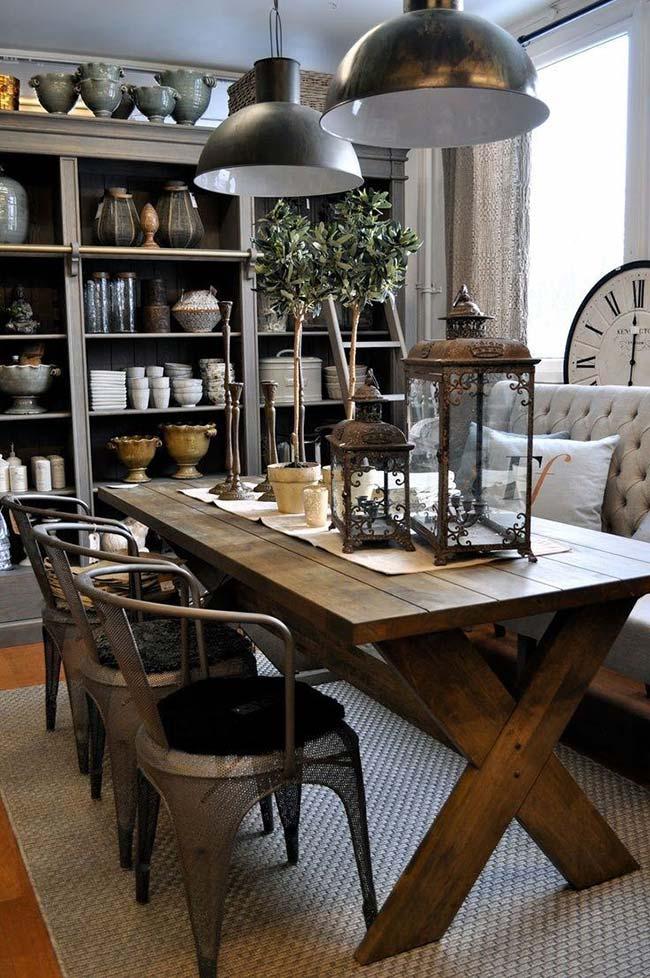 Enfeite para mesa de jantar: sobre o caminho de mesa, lanternas antigas, castiçais e vasos